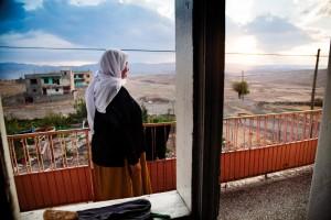 Sınır Ötesi Evlilik Yezidiler sadece kendi aralarında evlenebiliyor. Türkiye'deki nüfusları çok az olduğundan Irak'tan eş bulmak oldukça yaygın. Batman Beşiri'ye bağlı Beşpınar (Hamduna) köyünde yaşayan Sara Teyze, yıllar önce Irak'tan buraya gelin olarak geldiğini anlatıyor.