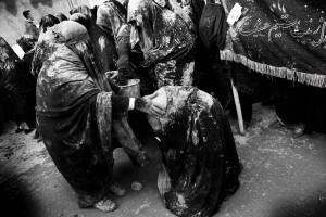 İran'ın neredeyse tüm şehirlerinde, Aşura anmalarına kadınlı erkekli gruplar katılıyor. Diğer yıllara oranla kadınların Aşura anmalarına katılımında büyük bir artış var.Genelde kadınlar Hz. Hüseyin'in kardeşi Hz. Zeynep ile kızı Rukiye'ye yakarıyor; çocuğu olmayanlar çocuk, hastası olan şifa diliyor.
