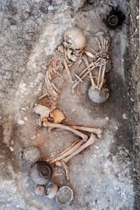 Bursa Aktopraklık Höyük'te açığa çıkarılan tarihöncesi mezarlardan, BEAN Projesi DNA veri tabanının oluşturulmasına katkı sağlamak için 40 örnek alındı.