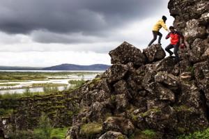 Thingvellir Milli Parkı jeolojik, kültürel ve tarihsel olarak İzlanda'nın en önemli yerlerinden. Orta Atlantik Sırtı'nın yükselip yüzeye çıktığı yer burası. Kayalardaki çift, Kuzey Amerika Plakası'nda yürüyor, vadinin karşı tarafı ise Avrasya Plakası. Aynı zamanda dünyanın faaliyetine kesintisiz olarak devam eden en eski parlamentosu Althingi de 930 yılında burada kuruldu ve 1798'e kadar burada kaldı.