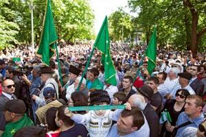 Sürgünden Dirilişe Nalçik'te her 21 Mayıs'ta büyük bir anma töreni düzenleniyor. Çarlık döneminde Kafkasya'nın fethinin yıldönümü olarak kutlanan 21 Mayıs, şimdi Çerkesler ve diğer Kafkas halkları için sürgün ve soykırımı anma günü.  Bu yıl ilk kez 21 Mayıs, Kabardey-Balkar Cumhuriyeti'nde tatil günü ilan edildi. Nalçik'in merkezi Lenin Caddesi trafiğe kapatıldı ve yürüyüş için tahsis edildi. Yeşil zemin üzerinde Çerkes boylarını simgeleyen 12 yıldız ve üç ok bulunan Çerkes bayrakları altında binlerce kişi yürüyüşe katıldı. Katılmaya çekinenler çok olsa da anma gününe ilgi her geçen yıl artıyor. Çerkes giysilerini kuşanmış bir çocuk elinde savaşın başladığı (1763) ve bittiği (21 Mayıs 1864) tarihleri gösteren bir şerit tutuyor. Anma gününü aynı zamanda Çerkes halkının diriliş günü olarak kabul edenler de var.