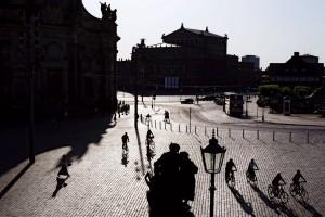 İki Meydan  Dresden'in başlıca manzara seyir noktası Brühl Terası, Saray ve Tiyatro meydanlarını seyretmek için de ideal. İki meydanı da tarihi yapılar çevreliyor. Caddenin öte tarafında yer alan Tiyatro Meydanı'nda Semper Operası yükseliyor. Saray Meydanı ise akşam iş çıkışı saatlerinde bisikletlilerle hareketleniyor.