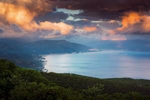 Bulutların Dansı Samanlı Dağları'ndan uzanan bulutlar ve Marmara sahilleri günbatımında görsel bir şölen sunuyor. Kuzeye bakan yamaçlar Karadeniz iklimi özellikleri gösterirken, Gemlik Körfezi yönü Akdeniz'e daha yakın bir iklime sahip. Değişken iklim koşullarına bağlı olarak bitki örtüsü de farklılaşıyor; Gemlik yönünde kızılçam, fıstıkçamı, meşe ve zeytinlikler hâkim türler haline geliyor.