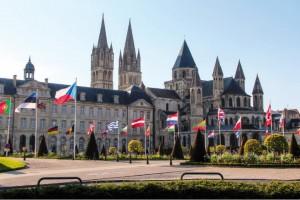 Ama kent yaralarını kısa sürede sardı, yıkılan tarihi yapılarını onardı. Kral William tarafından 1066'da yapımına başlanılan L'Abbaye aux Hommes (Erkekler Manastırı), belediye binası olarak kullanılıyor.