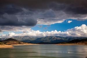 Yüksek Görkem Zengin bitki ve hayvan varlığıyla dikkat çeken Kaz Dağları, Biga Yarımadası'nın en görkemli doğa varlığı. Bu dağlardan, yarımadanın önemli akarsularından Karamenderes doğuyor ve Bayramiç Barajı'yla geniş bir göl oluşturuyor. Kaz Dağları'nın manzarası göl ve bulutlarla birlikte bakanları büyüleyecek kadar etkileyici.
