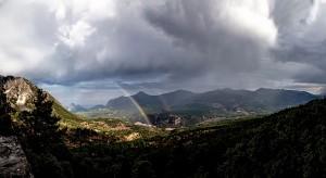 TIRMANIŞIN SÜRPRİZİ Antalya il merkezine 30 kilometre uzaklıktaki Çitdibi köyünün çevresinde tırmanış sporu için çok uygun kayalıklar uzanıyor. Kayalıklarda yükselen sporcuları heyecanlandıran sürprizlerden biri de çifte gökkuşağının benzersiz görüntüsü. Manzaranın değişmeyen unsuru ise yemyeşil, gür orman örtüsü.