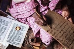 Gizemli Harfler  Bamumlar 19. yüzyılın sonunda Sultan Ncoya tarafından geliştirilen, kendilerine özgü bir yazı kullanıyor. Harfler, Arap alfabesine benzerlikleriyle dikkat çekiyor. Bir dileği olanların kapısını çaldığı büyücü, harfler ve hecelerden oluşan bu karmaşık sistemle tahtaya gizemli sözcükler yazıyor ki, istekler gerçekleşsin.
