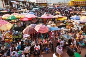 Renkli Kavşak İbadan İbadan'daki pazaryeri bin bir türlü ürünle, satıcıların bağırışlarıyla, müşterilerle renkleniyor. Kalabalığın içinde Türkiye bayraklı tişört giyenlere bile rastlamak mümkün. İbadan, Nijerya'nın Atlas Okyanusu sahillerinden iç bölgelere uzanan yolları üzerinde önemli bir kavşak noktası. Bu yüzden tarih boyunca önemini korumuş canlı bir merkez.