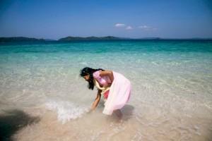 Jolly Adası yabancı turistlerden daha çok Hintlilerin ziyaret ettiği bir yer. Giysili olsalar dahi insanlar kendilerini adanın ışıltılı sularına atmaktan alamıyor.