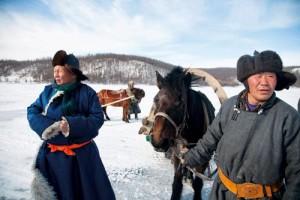 Okul Yolu Akgöl, Moğolistan'ın en kuzeyindeki yerleşim yerlerinden biri. Sabah okula gitmek için kimi çocuklar, anneannelerinin çektiği kızakları tercih ediyor.