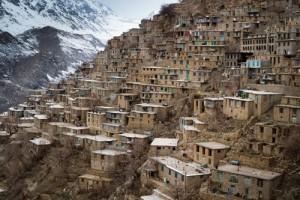 Taş Ülkesi Eskiden Hewraman bölgesinin merkezi olan Uraman Taht, Zerdüştlerin sığınağıydı. Günümüzde 3 bin nüfusa sahip köy, aynı zamanda Pir Şaliyar'ın evinin ve türbesinin bulunduğu yer. Derin bir vadide basamaklar halinde yükselen taş evleriyle bir taş ülkesini andırıyor. Her evin damı aynı zamanda bir üstteki evin avlusunu oluşturuyor, sokaklar bu avlular aracılığıyla birbirine bağlanıyor.