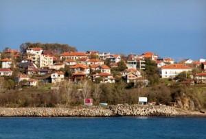 Rezve Deresi, Türkiye Bulgaristan sınırının bir bölümünü çizdikten sonra Karadeniz'e dökülüyor, akarsuyun ağzının iki yanında iki ülkenin tabelaları duruyor. Sınırın Türkiye tarafı Kırklareli'nin Beğendik köyü; tam karşıda ise fotoğrafta görüldüğü gibi az katlı, kırmızı çatılı evleriyle Bulgaristan'ın Rezovo köyü var.