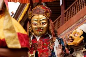Masallardaki ifritlerin, gizemli yaratıkların günlük hayatta yaşatıldığı coğrafyalardan biri de Güney Tibet. Hindistan'a bağlı Ladakh'taki Hemis'teki Budist mabetlerde dev maskeler giyen insanlar, masalların dünyasına giriyor.