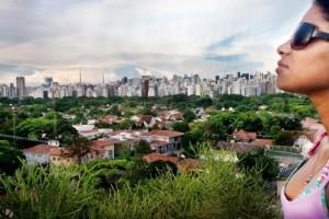 """Sao Paulo, 5 bin 600'den fazla gökdeleniyle """"yüksek bina"""" sıralamasında New York ve Hong Kong'un ardından dünya üçüncüsü. Şehir merkezinin dışında yoğunluk daha düşük, buralarda az katlı ve bahçeli konutlar da uzanıyor."""