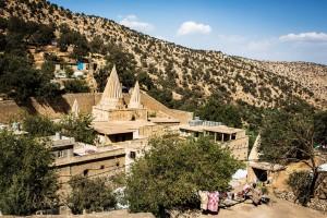 Tapınağa Sığınmak Laleş Tapınağı, Ezidiliğin kalbi. Çok sayıda türbenin de yer aldığı tapınağın çevresinde çilehaneler, mağaralar, hücreler var. Laleş Vadisi, Sincar'ın (Şengal) 300 kilometre kuzeydoğusunda. Sincar'dan kaçan Ezidilerin sığındığı başlıca yerlerden biri olan Laleş'in her tarafında göçmen çadırları göze çarpıyor.