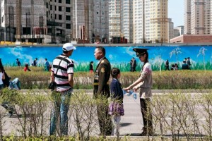 BÜYÜK ŞANTİYE Başkent olarak henüz 20 yaşına bile girmediği halde nüfusu neredeyse on kat artarak 100 binden 1 milyona yaklaşan Astana, bu artışa cevap verebilmek için çok hızlı yapılaşıyor. Dünyanın en büyük şantiyelerinden biri olarak tanımlanan kentte, 7 Mayıs'ta kutlanan Asker Bayramı'nda, askeri geçit töreninin yapıldığı meydanı da yeni yükselen binalar çevreliyor.