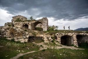 Kentin  Surları Niksar Kalesi kentin bulunduğu yamacın üzerinde yer alıyor. Roma döneminde inşa edilmiş. Surlarının uzunluğu altı kilometreyi aşıyor. Yakın zamana kadar kullanılan kale çeşitli dönemlerden izler taşıyor.