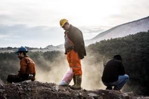 İşçiler arkadaşlarının çıkarılışını büyük bir keder içinde maden ocağının tepesinden izliyor. Madenden dışarı salınan karbonmonoksit (CO) dumanı ise vadiye yayılıyor.