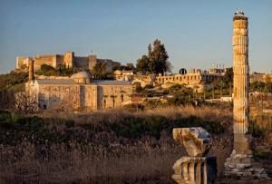 Üç İnanç Tek Mekân  Antik dünyanın yedi harikasından biri olan Artemis Tapınağı da Selçuk'ta, kalenin güneyinde. Tapınağın 127 sütunundan bugüne sadece, leyleklerin üzerinde yuva yaptığı bir tam sütun ile küçük bir parça kalmış. St. Jean Kilisesi ve İsa Bey Camii de yine burada. Yani Selçuk'ta pagan, Hıristiyan ve Müslümanlara ait kutsal yapılar aynı alanda yer alıyor.