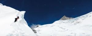 """Muz Sırtı Tunç Fındık'ın liderliğini yaptığı uluslararası dağcı ekibi, yaklaşık 6 bin 200 metrede """"Muz Sırtı"""" adı verilen etabı geçiyor. Hedefleri olan Gaşerbrum II, ya da dağcıların deyimiyle """"G II"""" zirvesi ise (fotoğrafın sağındaki üçgen) uzaktan onları izliyor."""