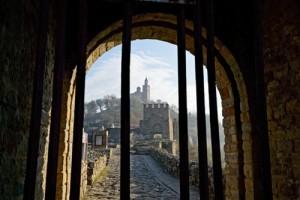 Tarihin kapısı Veliko Tırnovo, 1185-1393 yılları arasında İkinci Bulgaristan İmparatorluğu'na başkentlik yaptı. Şehrin en eski bölgesi Tsarevets Kalesi, o dönemin hükümdarlarının hatırasını hâlâ yaşatıyor. Geniş surları, tepedeki kule ve kilisesiyle dikkat çeken kale 1930'larda restore edilip günümüzdeki görünümünü kazandı.