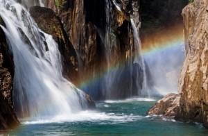 Uçuşan Sular Antalya'nın Gündoğmuş ilçesi sınırlarındaki Uçansu Şelalesi, Geyik Dağları'nın yükseklerinde fışkıran görkemli bir kaynak. Yolculuğu Akdeniz kıyısında son bulan Alara Çayı'nın da ilk sularını oluşturuyor.