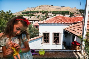 Antik Gelir Bergama'nın merkezinde birçok bina restorasyon yapılarak pansiyona dönüştürülüyor ve antik kentin çevresinde yaşayan insanlar geçimlerini turizmden sağlıyorlar.