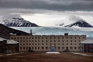 """Hiçbir sakini olmayan Pyramiden şehri, Svalbard'ın Spitsbergen Adası'nda. Nordenskiold buzullarının dibine 1910 yılında İsveçliler tarafından kurulan şehir, 1927 yılında Sovyetler Birliği'ne satıldı. Svalbard, 1920 tarihli anlaşmaya göre Norveç toprağı ama """"serbest ekonomik bölge"""" statüsüyle özel bir anlaşmanın tarafı olan diğer ülkeleri de çekiyor. Sovyetler, bu madenci yerleşimine Kuzey Kutbu'nda var olmak gibi stratejik nedenlerle büyük önem vermişti ama daha sonra madenleri zarar eden şehir 1998 yılında tamamen terk edildi."""