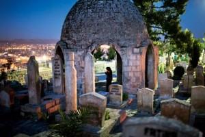 """Şeffaf Kümbet Urfa Kalesi'nin doğusundaki Tepe Mezarlığı'nda halk arasında yan yana duran ve """"Çift Kubbe"""" adıyla anılan iki anıtmezar bulunuyor. Bu mezarların kimlere ait olduğu bilinmiyor. Anıtsal mezarların her biri, kubbeleri altı ayak üzerine oturan açık kümbet tarzında."""