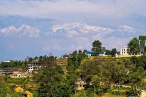 Dünyanın Tacı Nepal'in güneyini boydan boya Büyük Himalayalar çevreler. Dünyanın en yüksek 10 zirvesinden altısı Nepal sınırları içinde yer alır. Ülkenin neresinden bakılırsa bakılsın muhteşem karlı doruklar, bıçak gibi sırtlar büyülü bir taç gibi uzanır. Her yıl dünyanın dört bir yanından yüz binlerce dağcıyı, doğa tutkunlarını, maceraperestleri, gezginleri bir mıknatıs gibi çeken zirvelerin başında ise 8 bin 848 metre ile Everest gelir. Kançençunga 8 bin 586 metre ile üçüncü, Makalu 8 bin 462 metre ile beşinci, Dhaulagiri 8 bin 167 metre ile yedinci, Manaslu 8 bin 156 metre ile sekizinci ve Annapurna 8 bin 091 metre ile onuncu zirve olarak sıralamadaki yerini alır. Ayrıca Himalayalar'ın Tibet'e bakan kısmında, Nepal sınırında yer alan Cho Oyu, Sisha Pangma, Makalu, Lhotse gibi 8 bin metrenin üzerindeki zirvelerle, bu bölge dünyanın tacı unvanını hak eder. Katmandu Vadisi'nin bazı noktalarından bu zirvelerin çoğunu görmek mümkün.
