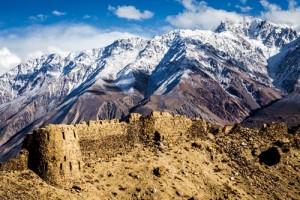 Panj Nehri'nin, Badahşan'ın başkenti Horog'dan itibaren yukarı kesimi antik İpek Yolu'nun en önemli güzergâhı olan Vahan Vadisi'ne açılır. Çin toprakları içinde kalan Tarım havzasını Badahşan üzerinden Orta Asya'ya bağlayan Vahan Vadisi, bugün yoksul bir görünüm sergilese de, İpek Yolu ticaretinin ana koridoru olarak ve dağlarında sıkça bulunan yakut gibi değerli taşlarla binlerce yıl bir zenginlik vahası olarak kaldı. Vadinin hem Tacikistan hem Afganistan kısımlarındaki köy ve kasabalarda yaşayanların tamamı İsmaili. Görkemli dağların avucundaki vadide o dönemlere ait kale ve tapınakların kalıntıları halen ayakta. Ateşperestlerin kalesi olarak bilinen Yamçun Kalesi İÖ 3. yüzyıla tarihleniyor.