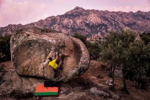 Tırmanışa yoğunlaşmak Bafa Gölü'nün kıyılarındaki granit kayalar günbatımında daha da kızarıyor. Beşparmak Dağları'nın eteklerinde, ıssız arazide kümelenmiş kayalar, sporculara tamamen tırmanışa yoğunlaşma imkânı veriyor. Evren Kirazlı yörede Art Director rotasında.