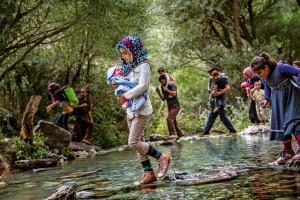Suda Kaçış  Sincar Dağı'nda açılan güvenlik koridorları aracılığıyla Türkiye'ye doğru ilerleyen Ezidiler, Haftanin bölgesinden geçiyor. Burada Irak toprakları içinde son kez su ihtiyaçlarını karşılıyorlar; Türkiye'de, Uludere'de sona erecek dört saatlik yürüyüş sırasında başka su kaynağı bulamayacaklar.