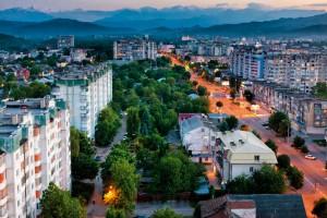 Kabardey-Balkar'ın başkenti Nalçik 1724 yılında kuruldu. Savaş zamanlarında Kafkas Hattı'nın en büyük istihkamlarından biri olan şehir adını, içinden geçen nehirden alıyor. İklimi ve yemyeşil doğasıyla bir tatil beldesini andırıyor.