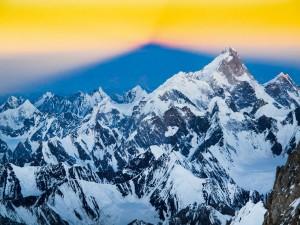 Komşu Zirveler  Şafak, ekibi 7 bin 700 metredeyken karşıladı; Gaşerbrum II'nin de yer aldığı Karakurum Dağları'nın kar ve buzu günün ilk ışıklarıyla aydınlandı. Bu silsilede başka birçok heybetli dağ bulunuyor, batıda 7 bin 821 metrelik Maşerbrum dikkat çekiyor.