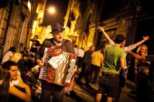 """Gençliğin Müziği Roman Hagi tüm Avrupa'yı dolaşmış bir müzisyen. Beyoğlu sokaklarında da gençler ona yıllardır aşina gibi. O da çevresine yaydığı dinginlikle bir Fransız müzik türü olan """"chanson""""ları akordeonuyla çalıyor. Tıpkı Beyoğlu gibi, Roman Hagi de geçip giden yıllara rağmen hâlâ gençliğe seslenebiliyor."""