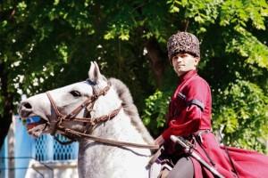 Çerkesler için at yoldaş gibidir. Atı sadece binmek için yetiştirirler ve sadece aygırlara ve iğdiş edilmiş atlara binerlerdi.