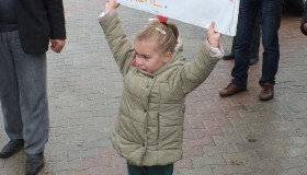 Küçük Kızın Pankartı Yıkım Projesini Durdurdu!