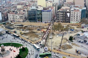 Taksim Meydanı çevresindeki inşaat çalışmaları tartışmaları da beraberinde getirdi. Proje tamamlandığında meydan yayalaşacak, araç trafiği yeraltına inecek.