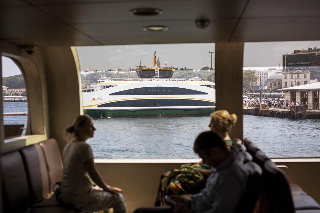 Fotoğraf: Yasin Akgül Üç yeni gemiden biri Eminönü'de yolcularını bekliyor. Vapurların çift taraflı olmasıyla iskele manevralarından zaman kazanılıyor.