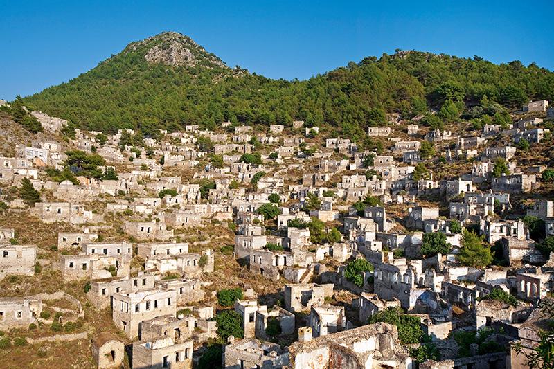 """Kaynaklarda """"Levissi""""veya""""Karmylassos"""" adıyla geçen Kayaköy, Fethiye ilçe merkezinin güneyinde. Çok etkileyici bir görünümü bulunan yerleşim, Türkiye ile Yunanistan arasındaki nüfus mübadelesi sonucu terk edilmiş. Kayaköy'de büyük ve küçük kilise ile birlikte 14 şapel bulunuyor. Fotoğraf: Tolga Sezgin"""