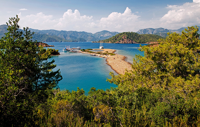 """İrili ufaklı, yassı, sivri birçok ada ve adacık, """"Yassıca Adaları"""" adı altında Göcek Koyu'nda toplanmış. Göcek Limanı'na en yakın bağlama yeri olan bu doğa harikası, yaz aylarında Göcek ve Fethiye'den gelen tur teknelerinin uğrak yeri. Fotoğraf: Cüneyt Oğuztüzün"""