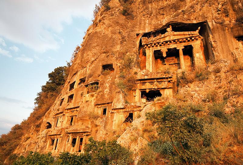 Telmessos akropolünün doğu yüzünde bulunan, kentin her tarafından görülen ve görkemli görüntüsüyle dikkat çeken Amyntas'ın mezarı adeta Fethiye'nin simgesi gibi. Cephesinde iki sütunu olan İon Tapınağı tarzındaki bu kaya mezarı, Hermepias'ın oğlu Amyntas'a ait olup İÖ 4. yüzyılda yapılmış. Fotoğraf: Cüneyt Oğuztüzün