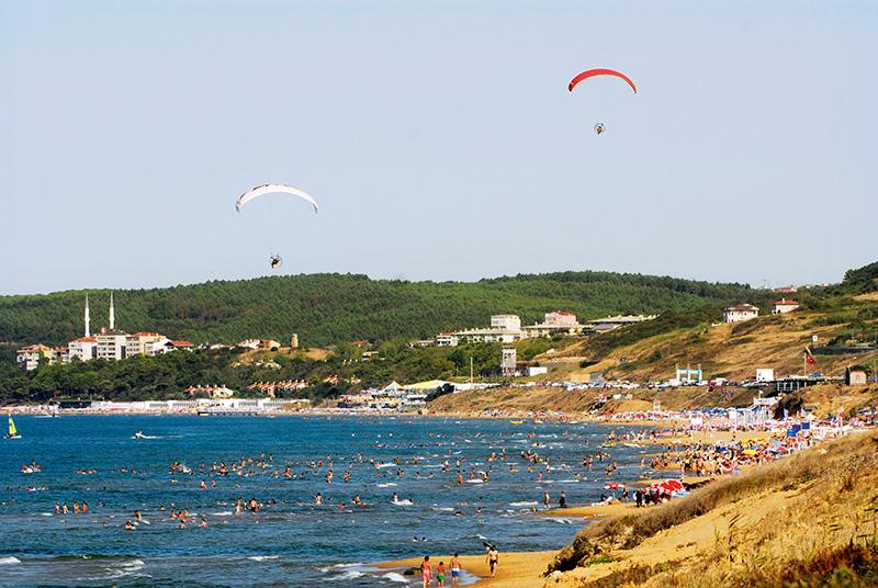 Kilyos, kilometrelerce uzunluğa sahip sahil boyunca sıralanmış plajlarıyla, özellikle deniz aktiviteleri için en çok tercih edilen beldelerden biri. İstanbul'un Sarıyer ilçesine bağlı Kilyos'un merkezinde bulunan Kilyos Halk Plajı yaz aylarında tatilcilerle dolup taşıyor. Fotoğraf: Yıldırım Güngör