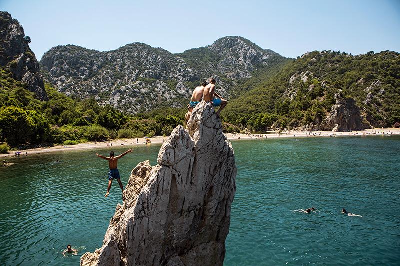 Antalya Kemer'e bağlı Çıralı, Akdeniz'in en güzel kumsallarından birine sahip ve uzunluğu üç kilometreyi aşan sahiliyle kaplumbağaların doğal üreme alanlarından biri. Ayrıca Çıralı sahilinden yürüyerek Olympos antik kentine ulaşabilirsiniz. Fotoğraf: Tolga Sezgin