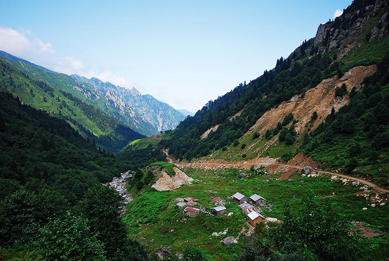 Abu ile Abuviçe derelerinin birleştiği noktada yer alan Çatak Yaylası, Fındıklı ilçesine bağlı Çağlayan Vadisi'nin en güzel yaylalarından.