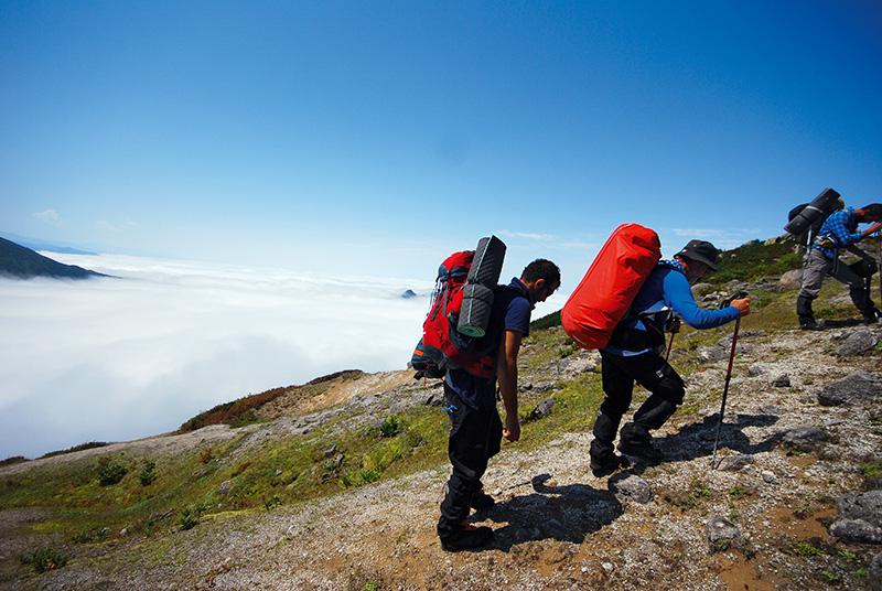 Yükseklere tırmandıkça vadileri kaplayan sis yumağından yüksekte olmak, bulutların üzerinde yürüyormuş duygusu yaratıyor.
