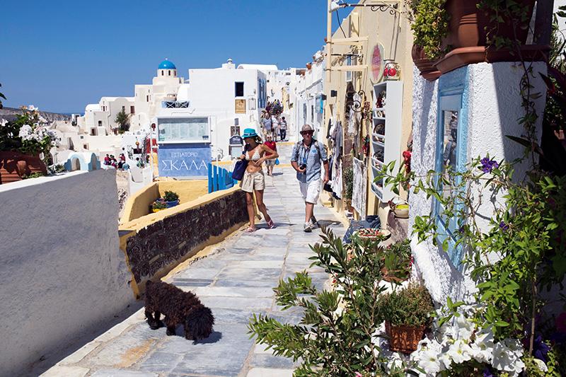 Santorini'nin dar sokakları, leziz yemekler yapan restoranlar, butikler, kafeler ve hediyelik eşya dükkânlarıyla dolu.