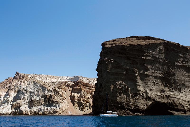 Santorini'nin volkanik yapısı ve kaya oluşumları turistlerin büyük ilgisini çekiyor.
