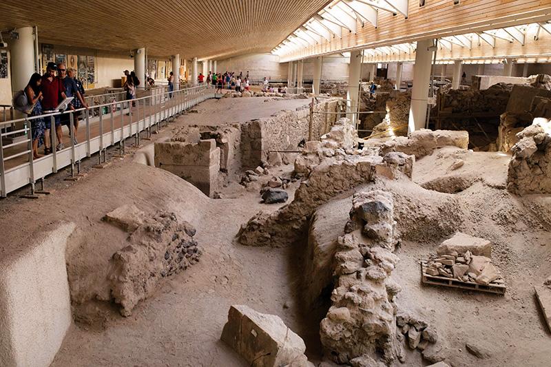 Minos yerleşimlerinden biri olan Akrotiri antik kentinde ilk yerleşimin İÖ 5000 yıllarında olduğu tahmin ediliyor.